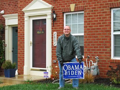 Tommi Mäkilä nosti Sandy-myrskyn kaataman Obama-kyltin takaisin jaloilleen kotipihallaan Marylandissa.