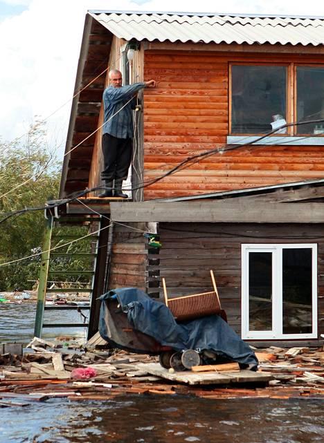 Mies tarkasti tulvatuhoja Komsomolsk-na-Amuressa syyskuun alussa.