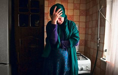 Aset Bortsašvili keittiössään joulukuun alussa. Hän uskoo tutkintavankilassa olevan poikansa Jusulin olevan syytön islamistikapinallisten auttamiseen.