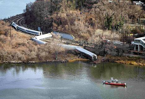 Juna suistui raiteilta New Yorkissa Bronxin kaupunginosassa varhain sunnuntaiaamuna.