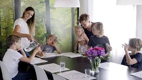 """Suunniteltu  suurperhe.  """"Meille oli aina  selvää, että jos  lapsia tulisi, niitä olisi enemmän kuin yksi tai kaksi"""", Konsta Hietanen kertoo."""