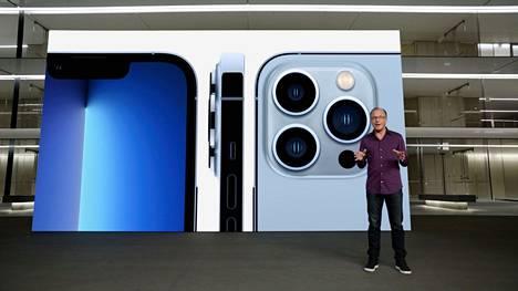 Applen toimitusjohtaja Tim Cook esitteli tiistain tiedotustilaisuudessa uutta Iphone 13 Pro -puhelinta, jossa on kolme takakameraa.