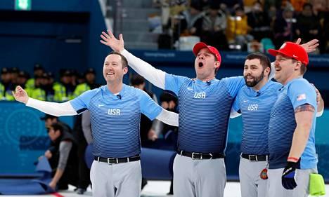 Tyler George (vas.), John Shuster, John Landsteiner ja Matt Hamilton juhlivat curlingkultaa.