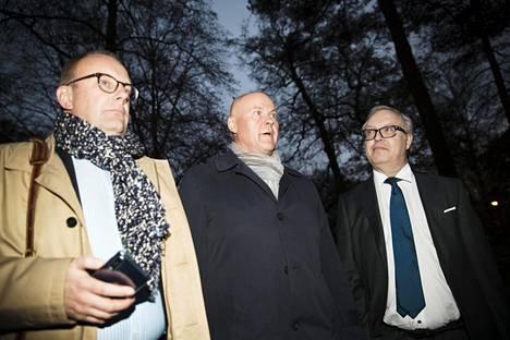 SAK:n puheenjohtaja Jarkko Eloranta, STTK:n Antti Palola ja Akavan Sture Fjäder kävivät torstai-iltana Kesärannassa kuulemassa hallituksen ratkaisuehdotuksen irtisanomiskiistaan.