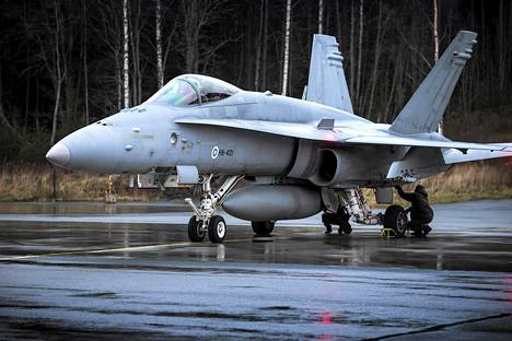 Hornet valmistautuu harjoituksiin Rissalan lentokentällä.
