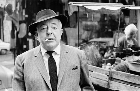 Jacques Prévert kuvattiin Pariisin kaduilla vuoden 1960 tienoilla.