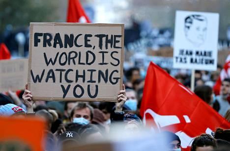Uutta turvallisuuslakia vastustavat mielenosoittajat marssivat lauantaina Pariisissa.