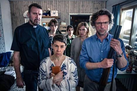 Mervi (Susanna Pulkkila, toinen vasemmalta) joutuu läheistensä kanssa yllättävään tilanteeseen.