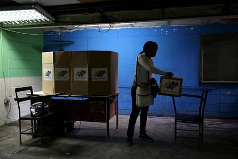 Nainen laittoi äänestyslippunsa uurnaan Venezuelan pääkaupungissa Caracasissa sunnuntaina.