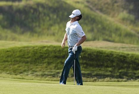 Golffari Justin Rose turhautui putattuaan ohi reiästä Yhdysvaltojen PGA mestaruuskilpailun viimeisellä kierroksella Whistling Straitsissa.