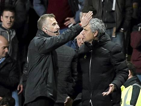 Ottelun neljäs erotuomari ohjeisti kiihtynyttä Jose Mourinhoa ottelussa Aston Villa vastaan.