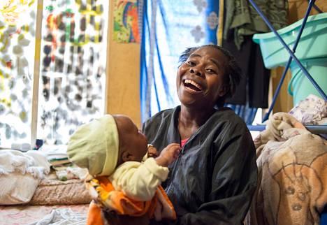Zimbabwesta muuttanut Precious Mangwiro opiskelee kasvatustiedettä ja työskentelee katukioskissa. Hänellä on kolme lasta, joista vanhin menee pian kouluun. Sylissä on Arsey-vauva.