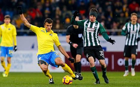 Rostovin paidassa pelaava Roman Eremenko (kesk.) tavoitteli palloa Venäjän liigan ottelussa FC Krasnodaria vastaan helmikuun lopussa.