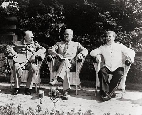 Britannian pääministeri Winston Churchill (vas.), yhdysvaltain presidentti Harry S Truman ja Neuvostoliiton johtaja Josif Stalin tapasivat Potsdamissa elokuussa 1945.