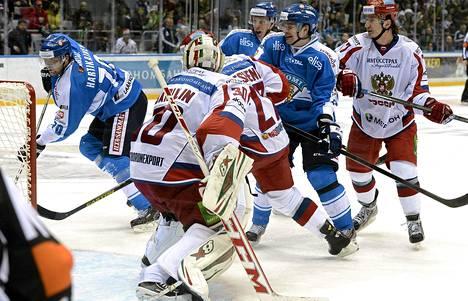 Teemu Hartikainen (vas.) iski Suomen toisen maalin EHT-sarjan pelissä Venäjää vastaan.