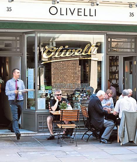 Tarjoilija tuo annosta asiakkaalle sisilialaisravintola Olivellissa, joka sijaitsee Lontoossa.