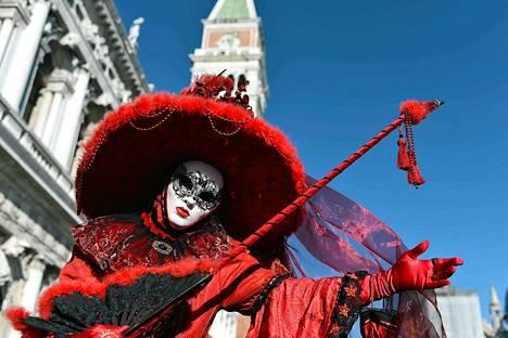 Venetsialaiset pukeutuvat karnevaalien aikaan helmikuussa näyttäviin naamioihin ja asuihin.