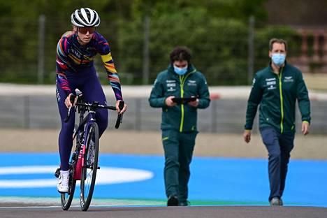 Myös Valtteri Bottaksen kumppani pyöräilijä Tiffany Cromwell tutustui Imolan rataan GP-kisan aattona. Taustalla oikealla näkyy Aston Martinilla nykyisin ajava Sebastian Vettel.