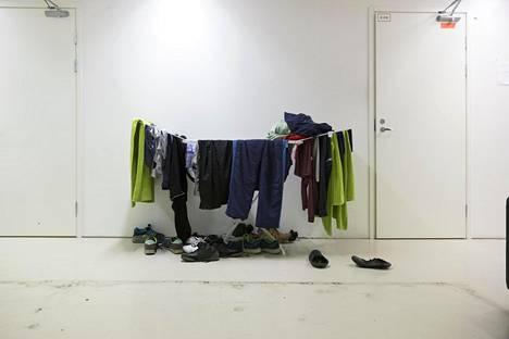 Asukkaiden vaatteita kuivumassa Luona oy:n vastaanottokeskuksessa Vantaalla huhtikuussa 2016.