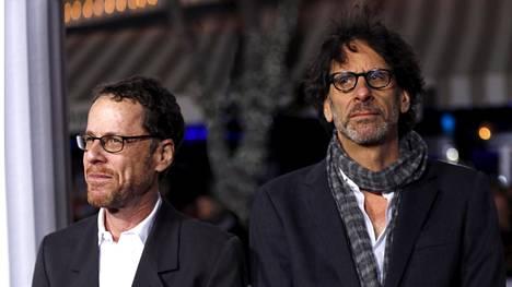 Ethan (vas.) ja Joel Coen Hail, Caesar! -elokuvan ensi-illassa vuonna 2016.