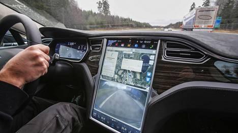 Automaattiset ohjaustoiminnot yleistyvät uusissa autoissa. Kuvassa on Teslan Autopilot-järjestelmän ohjausruutu.