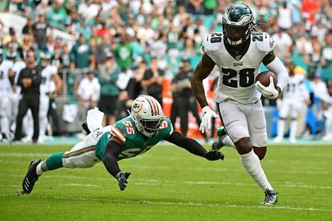 Super Bowl -voittaja Jay Ajayi (oik.) on nyt myös kilpapelaaja. Philadelphia Eaglesia vielä NFL:n runkosarjassa edustanut Ajayi karkasi Miami Dolpginsin Jerome Bakerilta joulukuun alussa.