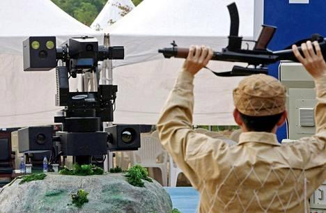Sensoreillaan kohdetta analysoiva Etelä-Korean aseistettu vartiorobotti tähtäsi vihollisena esiintyvää sotilasta testitilanteessa Cheonanissa vuonna 2006.