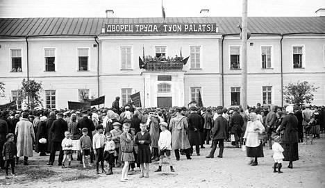 Suomalaisten työläisten lähetystö Työnpalatsin parvekkeella Petroskoissa vuonna 1927. Odotukset, toiveet ja into ovat korkealla.