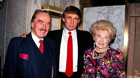 Kirjan mukaan suurin syy Donald Trumpin käytöksen takana on tämän isä Fred Trump. Kuvassa Donald Trump vanhempiensa Fred Trumpin ja Mary Anne MacLeodin kanssa vuonna 1992.