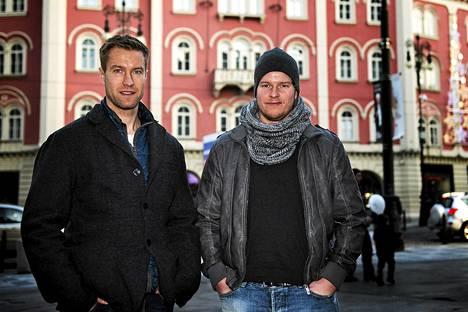 Petri Vehanen (vas.) ja Atte Engren vartioivat Lev Prahan maalia.