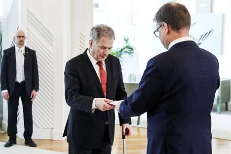 Presidentti Sauli Niinistö (vas.) otti vastaan pääministeri Juha Sipilän (kesk) hallituksen eronpyynnön Mäntyniemessä perjantaina. Sen jälkeen hallitus on jatkanut toimitusministeristönä.