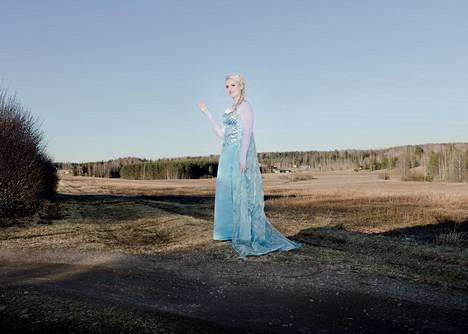 Prinsessana esiintyvä Cecilia Vuorimaa esiintyy lasten syntymäpäivillä erilaisissa prinsessa-asuissa. Nyt hän esiintyy Frozen-elokuvan Elsana.