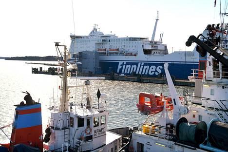 Finnlinesin matkustaja-alus M/S Finnlady Vuosaaren satamassa maaliskuussa.