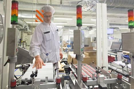 Lääkeyhtiö Bayer on merkittävin ulkomainen yhtiö, joka johtaa Pohjoismaiden liiketoimintaa Suomesta käsin. Tuotantotyöntekijä Patrik Partanen valvoi pakkauslinjaa tehtaalla Turussa viime vuonna.