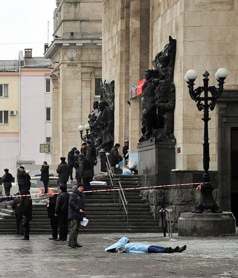 Ainakin 16 ihmistä kuoli rautatieasemallla tehdyssä iskussa sunnuntaina Volgogradissa. Viranomaiset tutkivat asemaa räjähdyksen jälkeen.