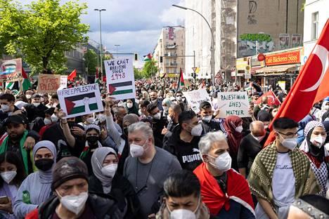 Tuhansia eri-ikäisiä palestiinalaisten puolustajia vaati vapautta Palestiinalle Berliinissä lauantaina.