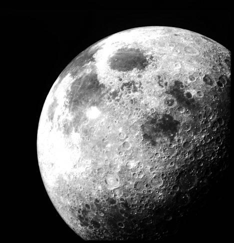 Iso Kuu näkyy taivaalla harva se päivä, mutta toinen näkyy vain kaukoputkella, eikä kauaa.
