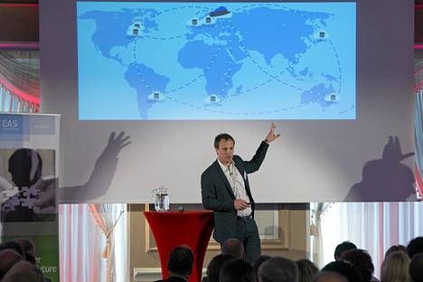 Viron e-kansalaisuusprojektia vetävä Taavi Kotka esitteli hanketta heinäkuussa Tallinnassa.