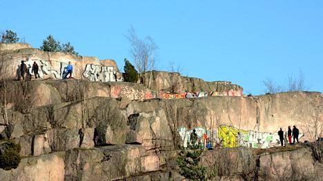 Pihlajamäentien ja Lahdenväylän risteyksessä sijaitsevat kalliot on määritelty maisemallisesti merkittäviksi.