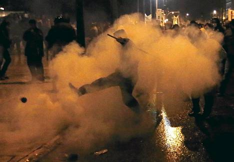 Mielenosoittajat ja mellakkapoliisit ottivat yhteen Ateenassa keskiviikkoiltana.