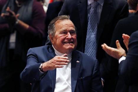 Yhdysvaltain entinen presidentti George H. W. seurasi poikansa George W. Bushin puhetta Texasissa marraskuussa 2014.