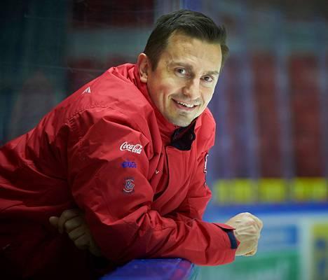 Valmennuspäällikkö Ville Peltonen täyttää pelaajien kanssa viikkokalenteria.