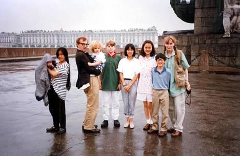 Woody Allen ja Mia Farrow lapsineen Pietarissa 1990-luvulla.