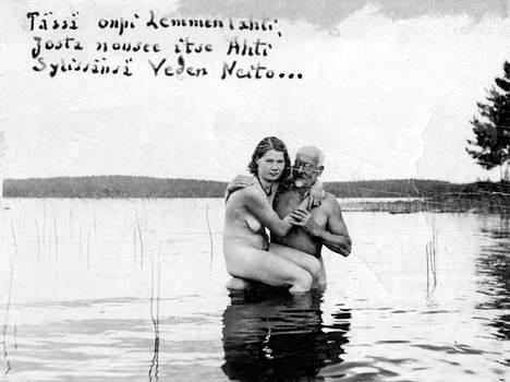 """Ilmari Kianto ja tämän """"uskollinen palvelija"""" Aino-Kaino Seppänen. – Kirjan kuvitusta."""