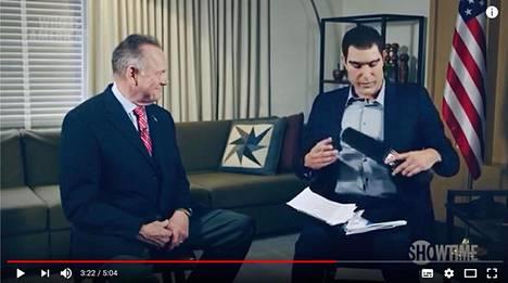 """Roy Moore (vasemalla) kävi Sascha Baron Cohenin """"televisio-ohjelman"""" vieraana helmikuussa. Jakso julkaistiin kesällä."""