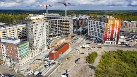 Kehäradan Kivistön aseman vieressä on ollut jo vuosia paikka kauppakeskukselle. Vuosi sitten aseman ympärillä rakennettiin vilkkaasti asuintaloja, mutta kauppapaikan tontilla ei tapahtunut mitään.
