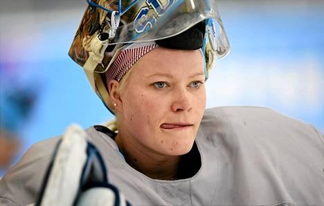 Maajoukkuemaalivahti Noora Räty saattaa saada mahdollisuuden näyttää taitonsa miesten peleissä.