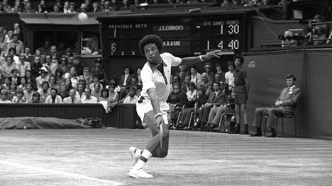 Arthur Ashe loisti Wimbledonin loppuottelussa Jimmy Connorsia vastaan heinäkuussa 1975.