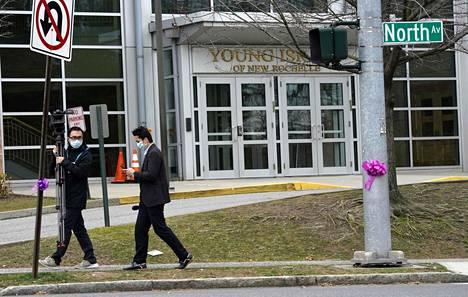 Koronaviruksen leviämispesäkkeeksi epäillyn synagogan edustalla New Rochellessa parveili median edustajia tiistaina.