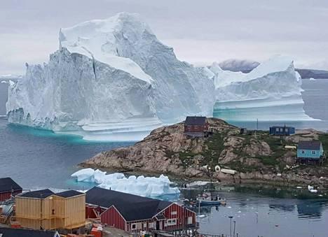 Jäävuori rantautui 180 asukkaan Innaarsuitin kylän rannikolle torstaina.